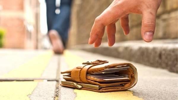 Nằm mơ thấy nhặt được ví tiền nên đánh con số gì